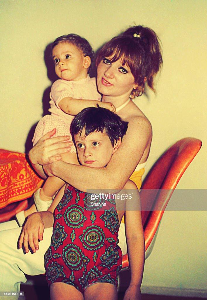 Maman serrant ses enfants : Photo