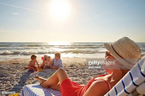 mama ist in einer pause - strandurlaub stock-fotos und bilder