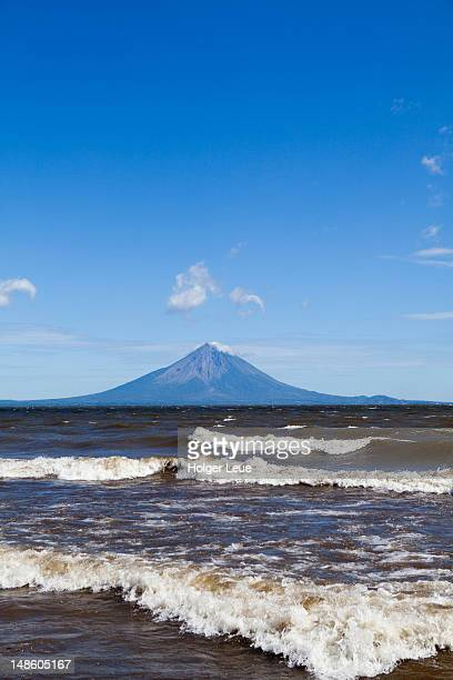 momotombo volcano on shores of lago de managua lake. - nicaragua stockfoto's en -beelden