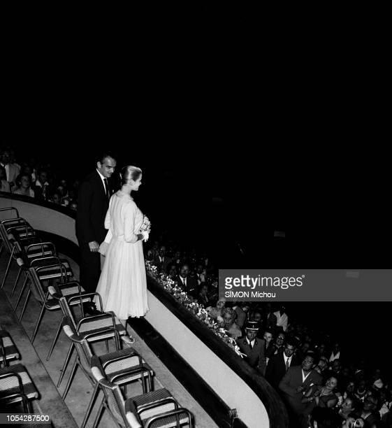 """Monaco, 4 août 1956 --- Le prince RAINIER et son épouse la princesse GRACE assistent à l'opérette """"Paganini"""", de Franz Lehar, au stade Louis II à..."""