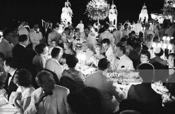 Monaco août 1961 soirée de gala au profit de la Croix Rouge sous la présidence de la princesse GRACE au Monte Carlo Sporting Club Ici la table...