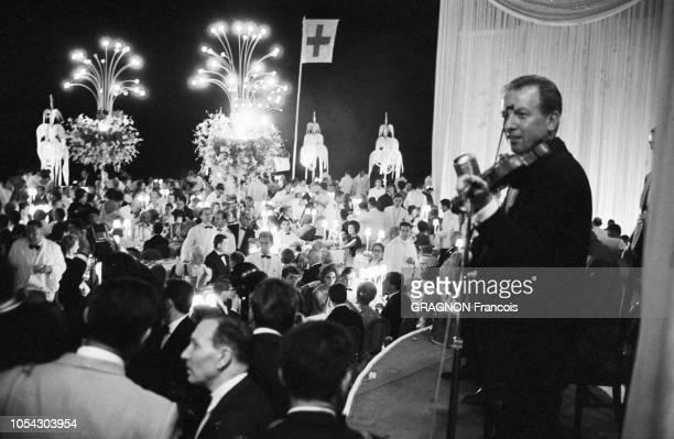 Monaco août 1961 soirée de gala au profit de la Croix Rouge sous la présidence de la princesse Grace au Monte Carlo Sporting Club Ici un violoniste...