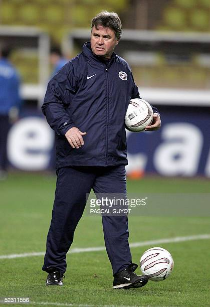 Eindhoven's coach Guus Hiddink gives instructions to his players during a training session on the eve of the Champions League football match Monaco...