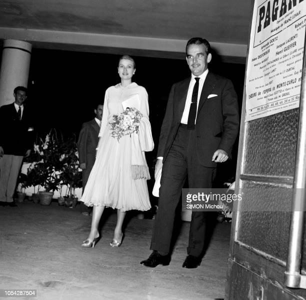 """Monaco, Principauté de Monaco, 4 août 1956 --- Le prince RAINIER et son épouse la princesse GRACE assistent à l'opérette """"Paganini"""", de Franz Lehar,..."""