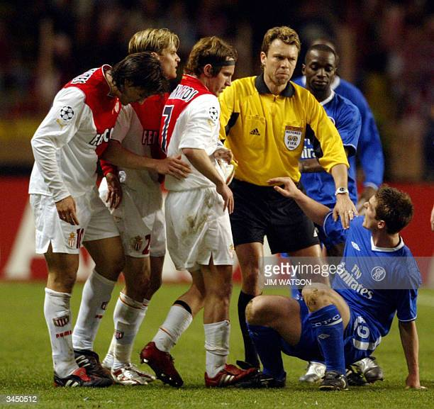 Swiss referee Urs Meier breaks up a fight between Chelsea's English midfielder Joe Cole and Monaco's Argentinian midfielder Lucas Bernardi during...