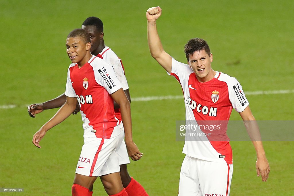 Monaco's Argentinian forward Guido Carrillo (R) celebrates after scoring a goal during the French L1 football match Monaco (ASM) vs Nancy (ASNL) on November 5, 2016 at the 'Louis II Stadium' in Monaco. / AFP / VALERY