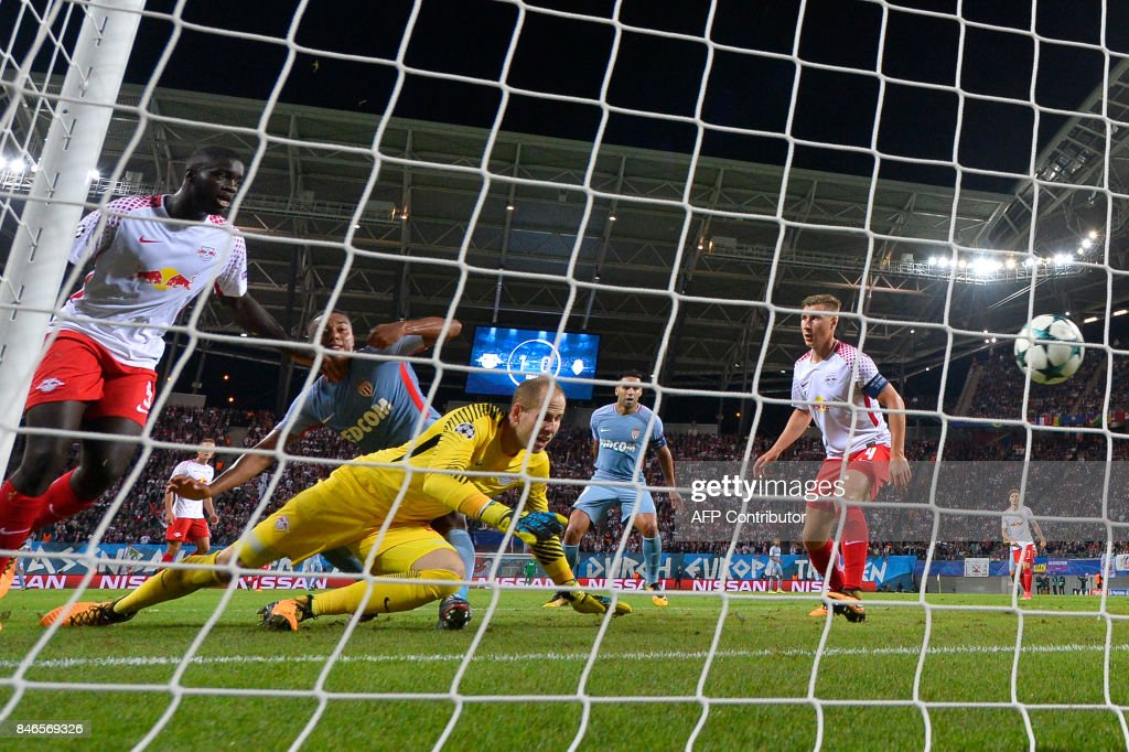 Monaco's Belgian midfielder Youri Tielemans (C) scores the 1-1 goal past Leipzig's Hungarian goalkeeper Peter Gulacsi during the UEFA Champions League group G football match RB Leipzig v AS Monaco in Leipzig, eastern Germany on September 13, 2017. / AFP PHOTO / John MACDOUGALL