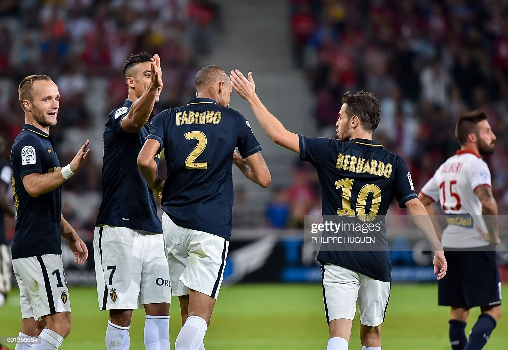 Monaco's Brazilian defender Fabinho (C) is celebrated by team mates after scoring a goal during the French L1 football match between Lille OSC (LOSC) and AS Monaco FC (ASMFC) at the Pierre-Mauroy Stadium in Villeneuve d'Ascq, near Lille, northern France, on September 10, 2016. / AFP / PHILIPPE