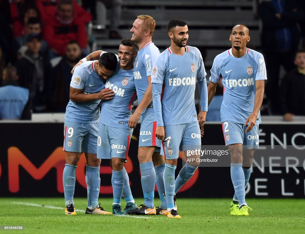 Monaco's Colombian forward Radamel Falcao (L) celebrates with teammates after scoring a goal during the French L1 football match between Lille OSC (LOSC) and Monaco on September 22, 2017 at the Pierre-Mauroy Stadium in Villeneuve d'Ascq, near Lille, northern France. /