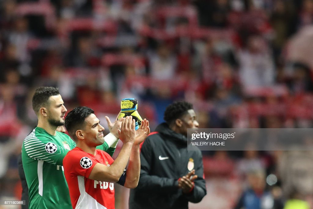 Monaco's Croatian goalkeeper Danijel Subasic (L) and Monaco's Colombian forward Radamel Falcao applaud at the end of the UEFA Champions League group G football match between Monaco and Leipzig at the Louis II stadium, in Monaco, on November 21, 2017. / AFP PHOTO / Valery HACHE