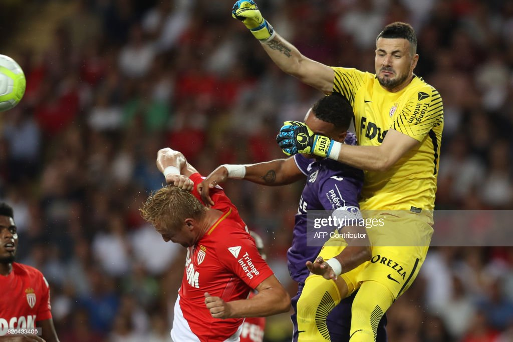 TOPSHOT - Monaco's Croatian goalkeeper Danijel Subasic (R) jumps for the ball during the French L1 football match Monaco (ASM) vs Toulouse (TFC) on August 4, 2017 at the Louis II Stadium in Monaco. /