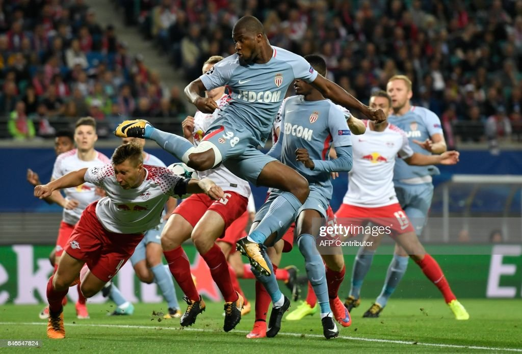 Monaco's Malian defender Almamy Toure (C) attempts to score from a corner during the Champions League group G football match RB Leipzig v AS Monaco in Leipzig, eastern Germany on September 13, 2017. / AFP PHOTO / John MACDOUGALL