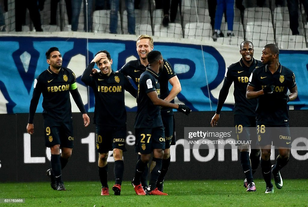 Monaco's midfielder Be Mota Veiga de Carvalho E Silva (2ndL) is congratulated by teammates after scoring a goal during the French L1 football match Marseille vs Monaco on January 15, 2017 at the Velodrome stadium in Marseille, southern France. / AFP / ANNE