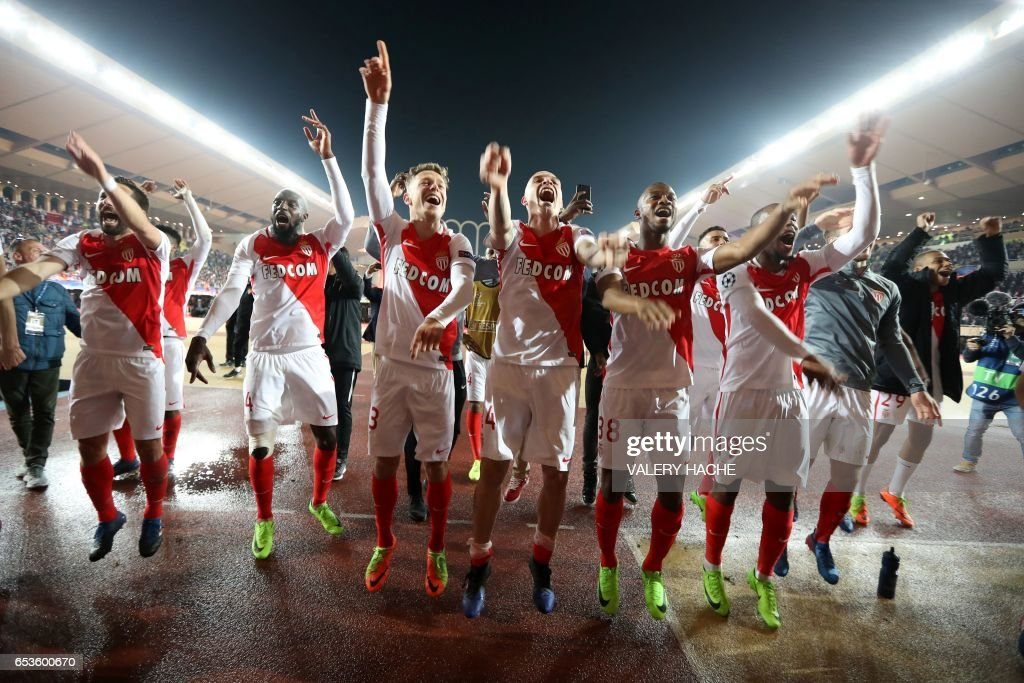 TOPSHOT - Monaco's players celebrate at the end of the UEFA Champions League round of 16 football match between Monaco and Manchester City at the Stade Louis II in Monaco on March 15, 2017. / AFP PHOTO / Valery HACHE