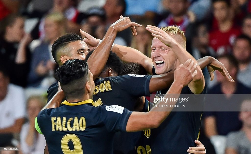 Monaco's Polish defender Kamil Glik (R) celebrates with team mates after scoring a goal during the French L1 football match between Lille OSC (LOSC) and AS Monaco FC (ASMFC) at the Pierre-Mauroy Stadium in Villeneuve d'Ascq, near Lille, northern France, on September 10, 2016. / AFP / PHILIPPE
