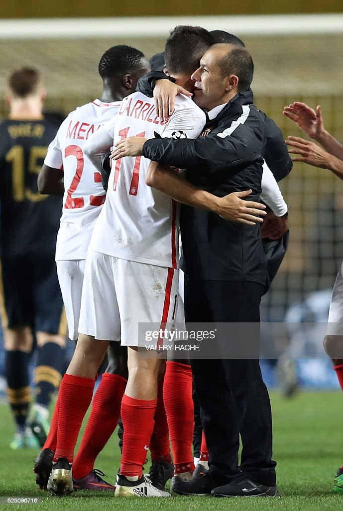 Monaco's Portuguese coach Leonardo Jardim (R) celebrates with Monaco's Argentinian forward Guido Carrillo after winning the UEFA Champions League group E football match AS Monaco and Tottenham Hotspur FC at the Louis II stadium in Monaco on November 22, 2016. / AFP / Valery HACHE