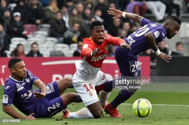 Monaco's Senegalese forward Keita Balde vies with Toulouse's French defender Kelvin Amian and Toulouse's French Burkinabese defender Steeve Yago...