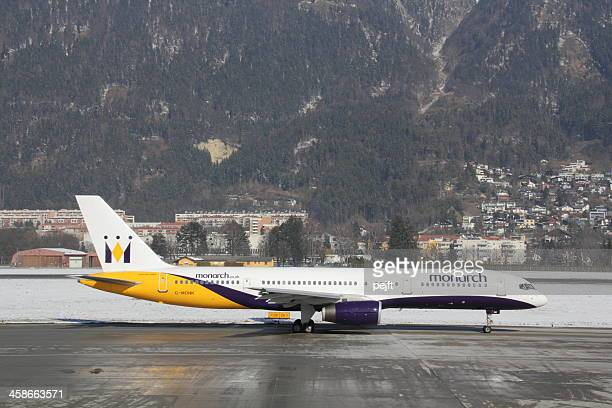 monarch airways boeing 757-200 passageiro jet de innsbruck - pejft - fotografias e filmes do acervo