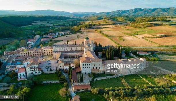 mosteiro de santes creus. concluída em 1225 é um dos mais importantes mosteiros cisterciense na catalunha. em 1835, os monges deixou o mosteiro e foi declarado monumento nacional em 1921 - cisterciense - fotografias e filmes do acervo