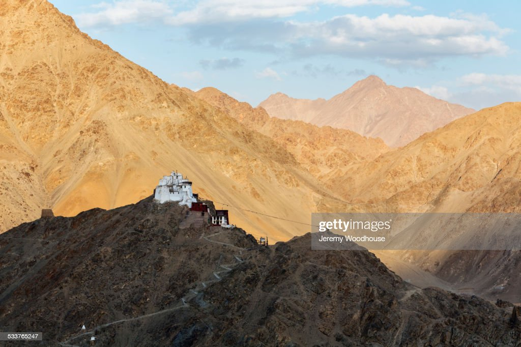 Monastery on rocky hilltop in remote mountain valley, Leh, Ladakh, India : Foto stock