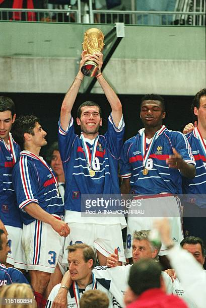 Mondial 98, France-Brazil 3-0 in Saint Denis, France on July 13, 1988 - Zinedine Zidane receives the cup.
