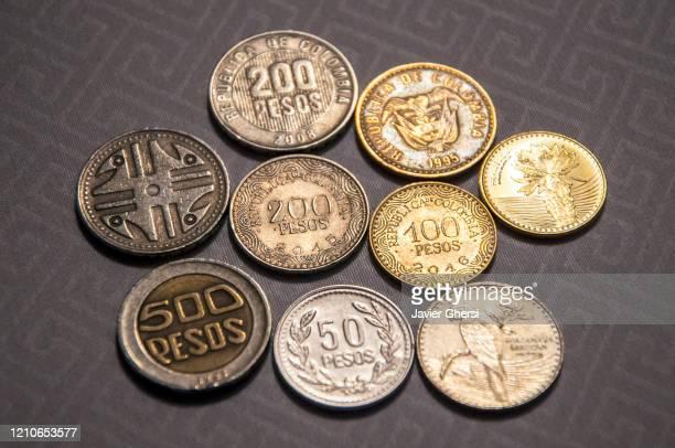 monedas colombianas de diferentes valores - colombia fotografías e imágenes de stock