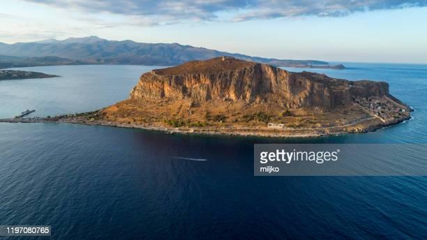 monemvasia en peloponeso, grecia - peninsula de grecia fotografías e imágenes de stock