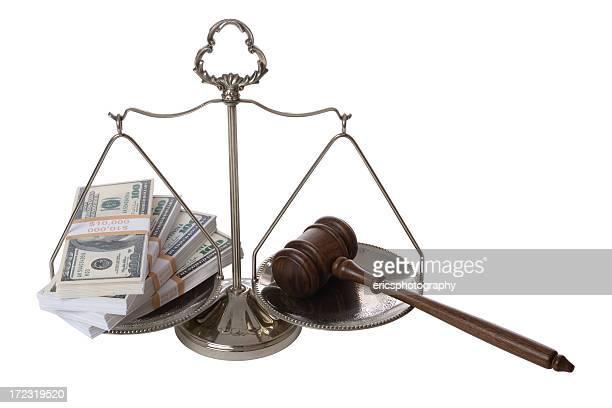 Geld und Richterhammer auf Waage der Gerechtigkeit
