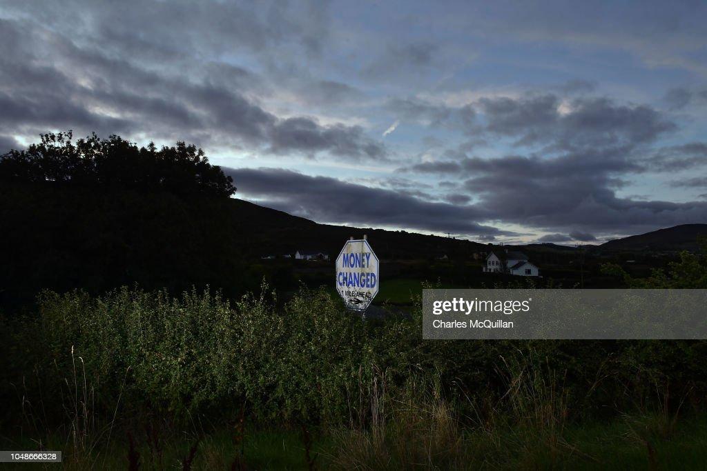 A money changed signpost advertises a bureau de change along the
