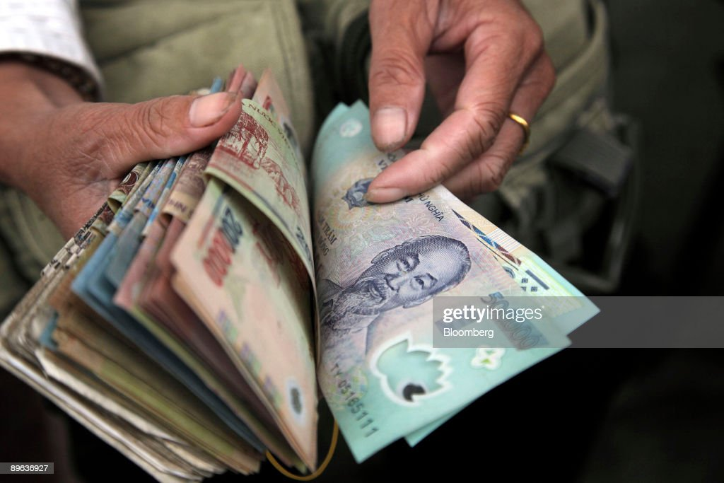 Money Changers Convert Chinese Yuan And Vietnamese Dong In T News Photo