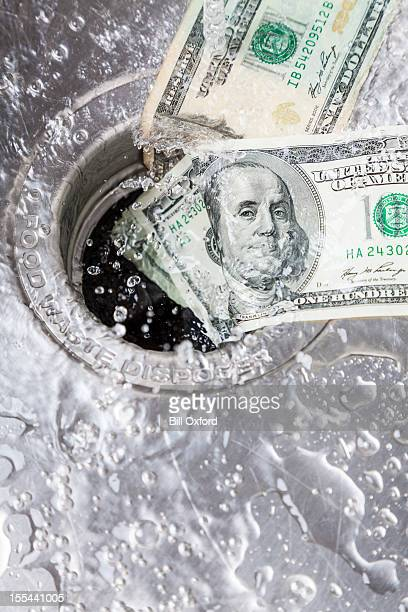 Money Down Drain-englische Redewendung