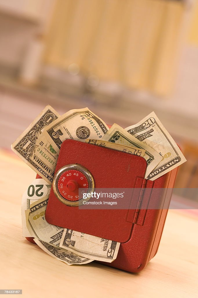 Money in a safe : Stockfoto
