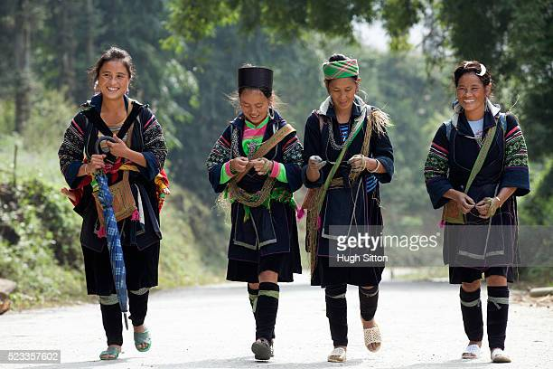 h'mong tribeswomen, sapa. vietnam. - ミャオ族 ストックフォトと画像