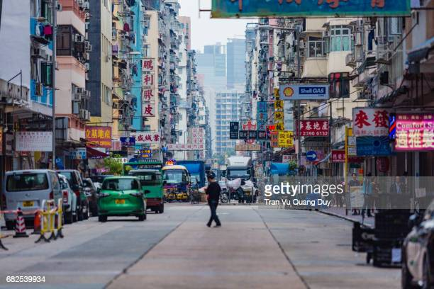 mongkok is one of the major shopping areas of hong kong, with industries mostly retail, restaurants, and entertainment. on film, this area is often depicted as the triad hall operating nightclubs, bars, and massage parlors. - kowloon fotografías e imágenes de stock