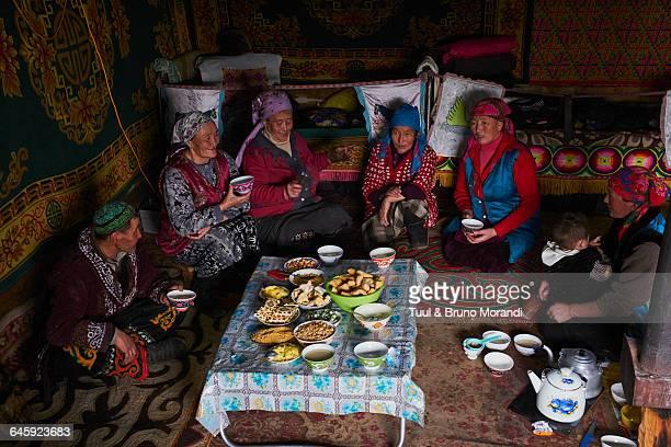 mongolia-bayanolgii-kazakh-family-pictur