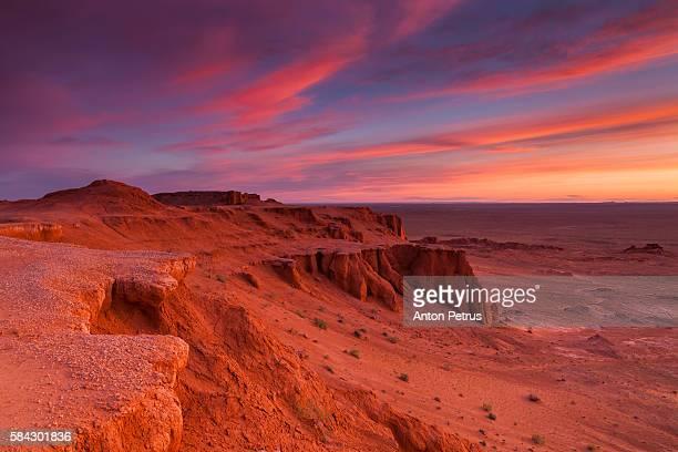mongolia, omnogov province, flaming cliffs bayanzag - mongólia imagens e fotografias de stock