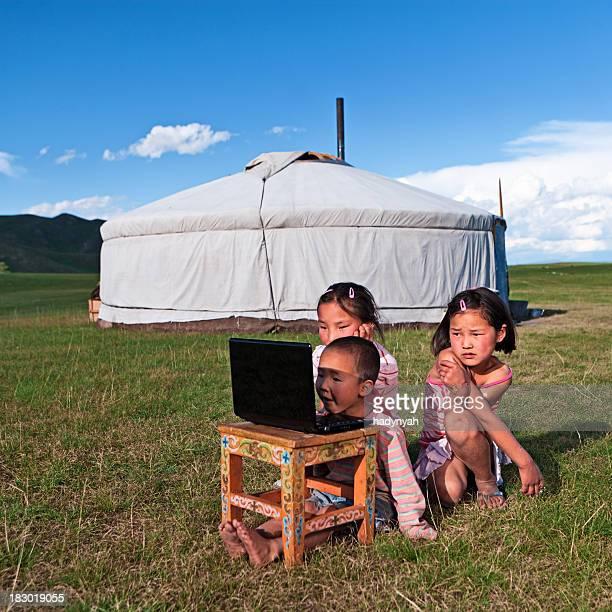 Mongolische Kinder mit laptop