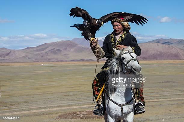 águia mongol caçador de equitação - mongólia imagens e fotografias de stock