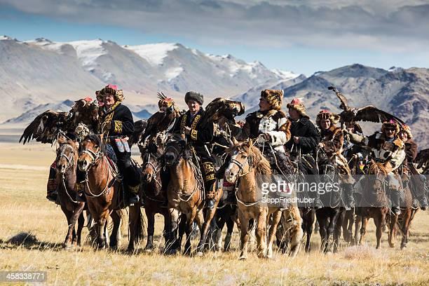 águia mongol caçadores dirigindo para a festa. - mongólia imagens e fotografias de stock