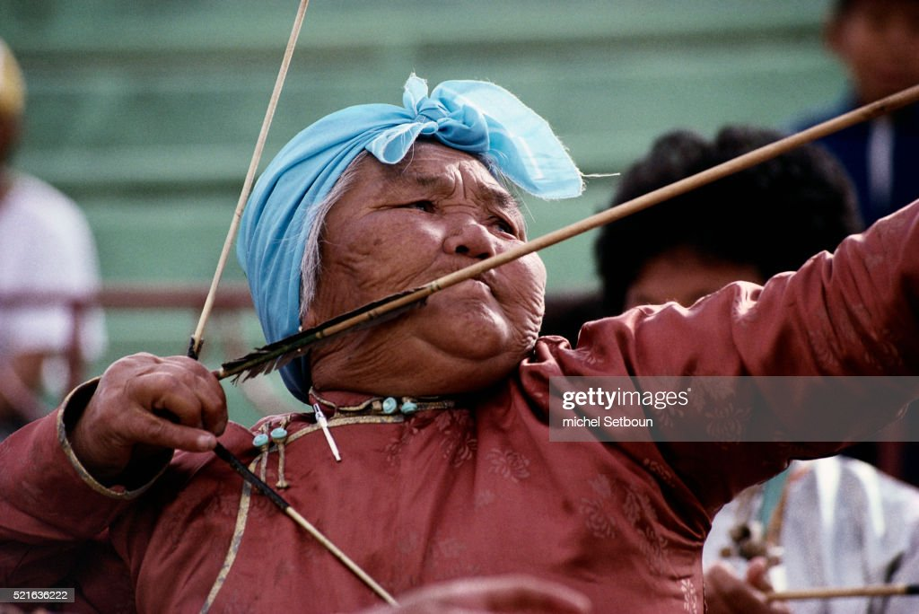mongolian-female-archer-picture-id521636