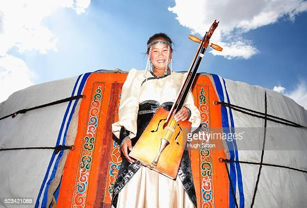 mongolian girl in front of a yurt - hugh sitton - fotografias e filmes do acervo