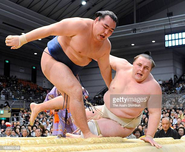 Mongolian ozeki Kakuryu whose real name is Mangaljalavyn Anand pushes out Estonian ozeki Baruto whose real name is Kaido Hoovelson during day four of...