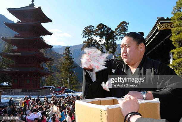 Mongolian sumo wrestler Kyokutenho scatters toward wellwishers during a beanscattering ceremony at Minobusan Kuonji Temple on February 3 2015 in...