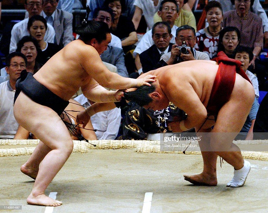 Grand Sumo Nagoya Tournament - Day 5 : ニュース写真