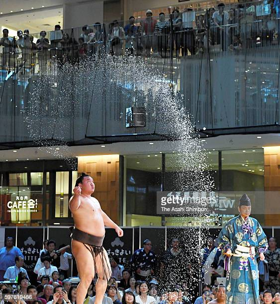 Mongolian yokozuna Hakuho sprinkles salt during the sumo event during the shopping complex 'Kitte' on August 28 2016 in Tokyo Japan