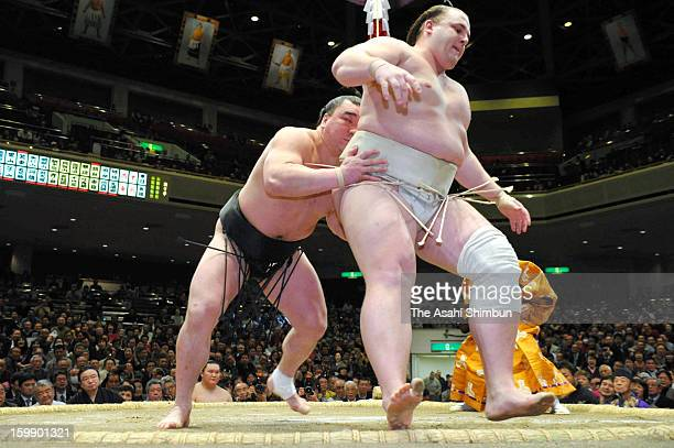 Mongolian yokozuna Harumafuji whose real name is Davaanyamyn Byambadorj pushes out Baruto whose real name is Kaido Hoovelson of Estonia to win during...