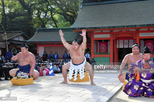 Mongolian Yokozuna Kakuryu performs the 'Dohyoiri' ring purification ritual at Sumiyoshi Jinja Shrine ahead of the Grand Sumo Kyushu Tournament on...