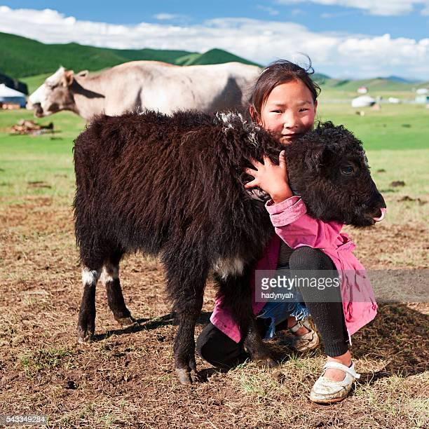 モンゴル若い女の子と遊ぶヤクの中央モンゴル
