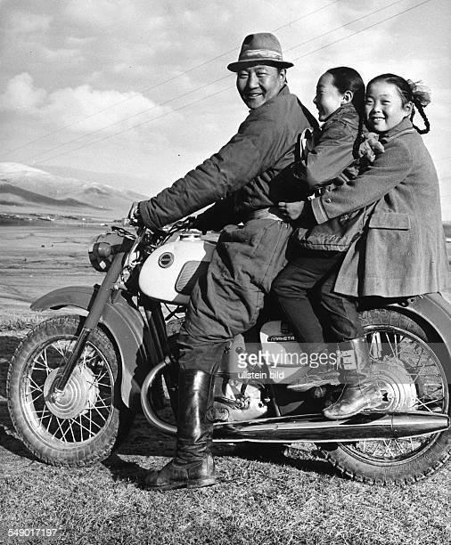 Mongolische Volksrepublik 1979. Vater und zwei Töchter auf einem Motorrad in der Steppe bei Chudjirt.