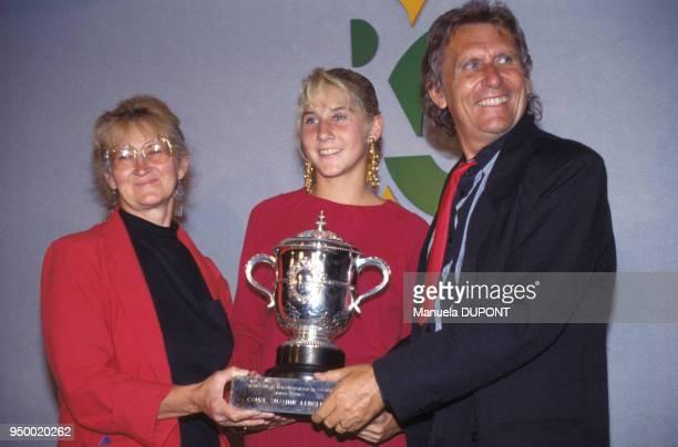 Monica Seles entourée de ses parents vainqueur du tournoi de tennis féminin de Roland Garros le 9 juin 1990 à Paris France